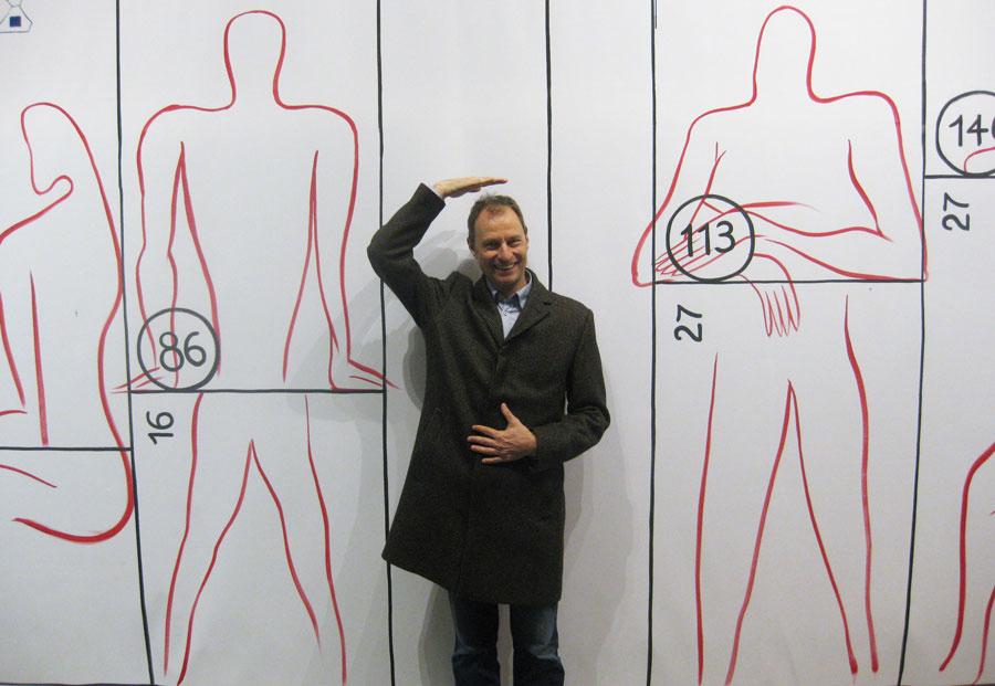 Die überlebensgroße Zeichnung des Proportionssystems von Le Corbusier lädt zur Interaktion ein.