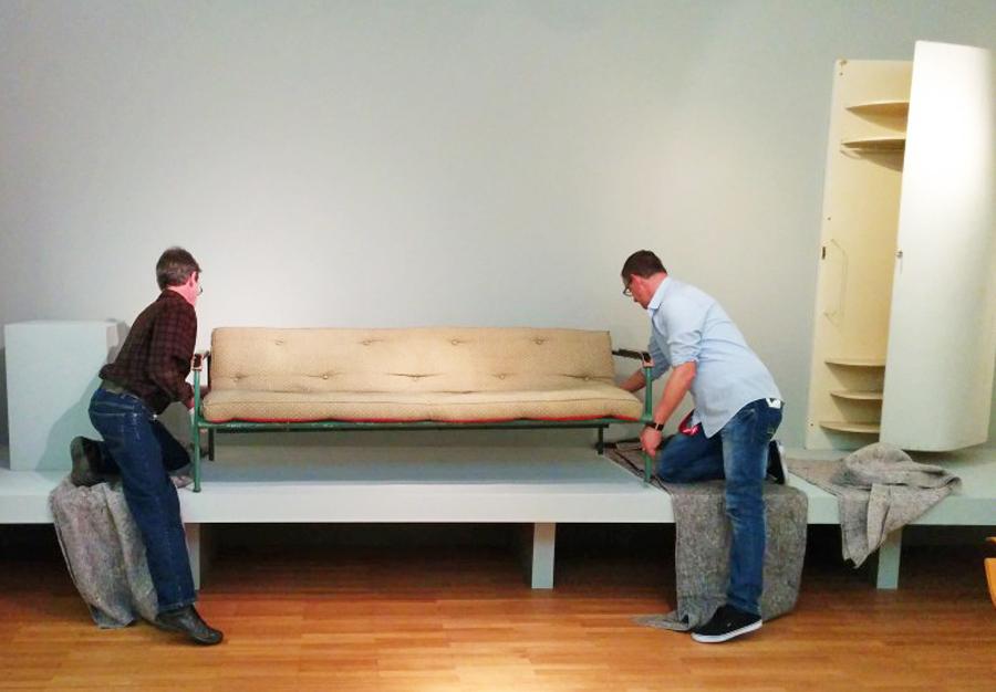 Werner Nett, Leiter der Restaurierung im MAKK, platziert die Liege von Alvar Aalto