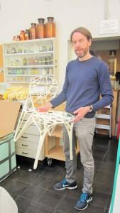 Marco Hemmerling bringt den Stuhl in die Ausstellung.