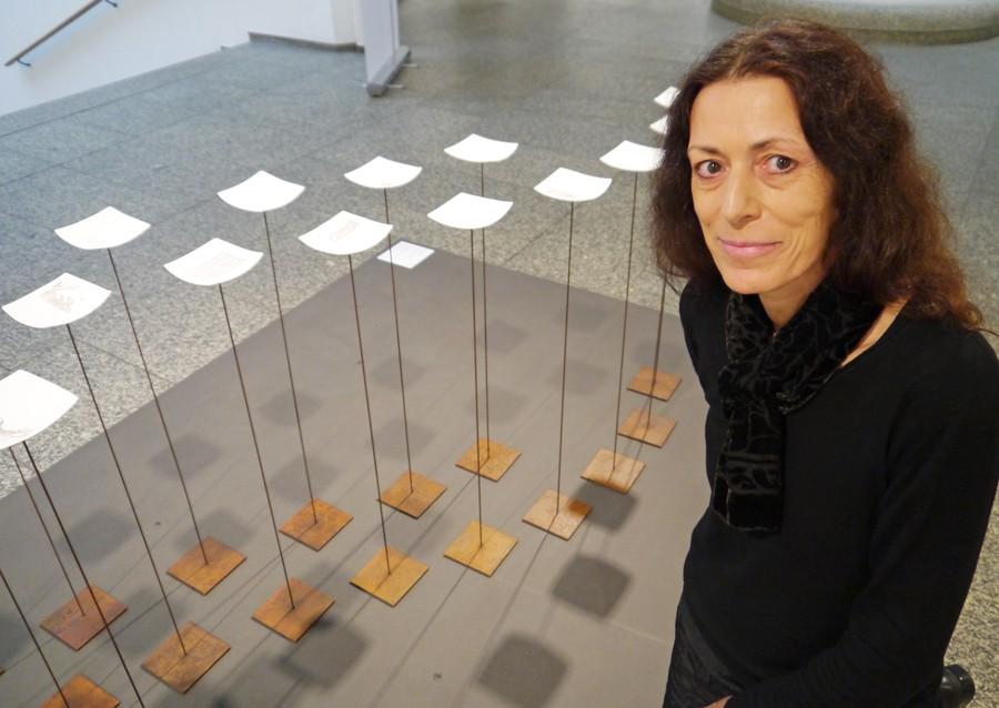 Kirsten Diez-Reinbeck gewann den Manu Factum Preis für 36 Keramikschalen, die auf Metallständern stehen.