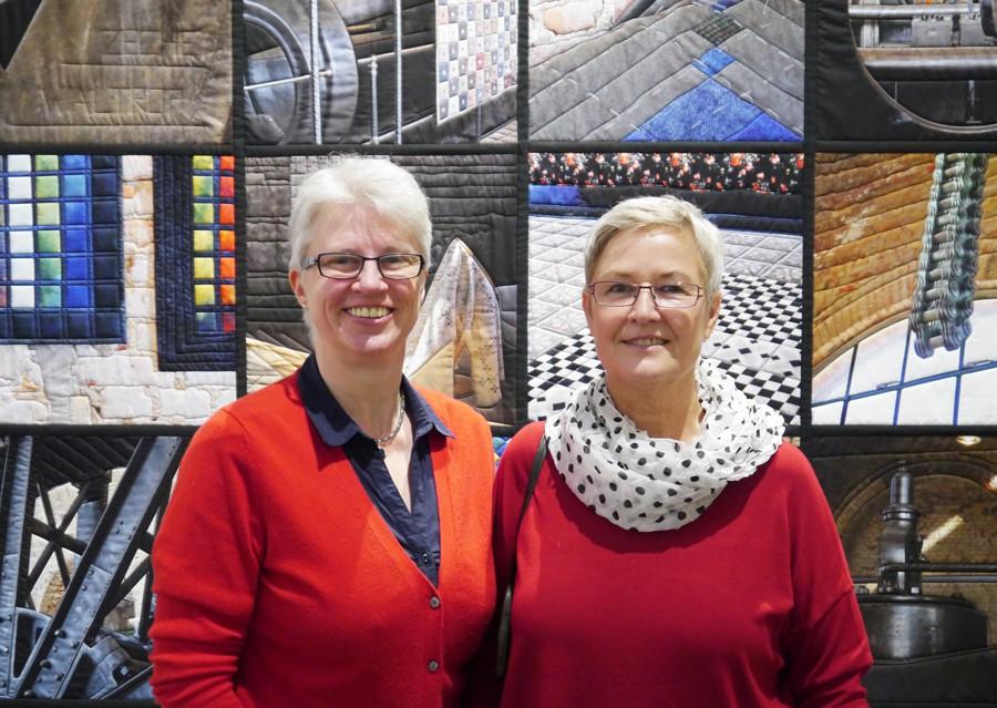 Katrin Reinke und Cornelia Falk vor dem gequilteten Wandobjekt