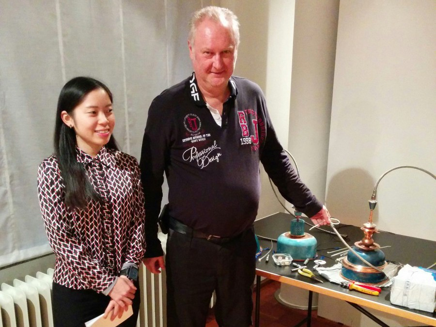Die Nachwuchsdesignerin An Hsu bei der Installation ihrer emaillierten Lampen mit Michael Effelsberg von der MAKK-Haustechnik.