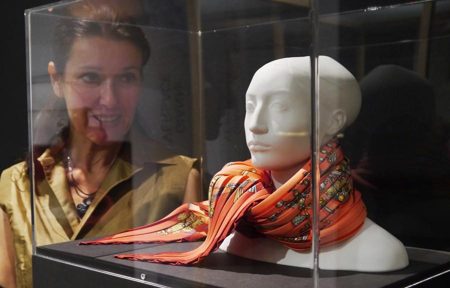Katrin Witt mit Hermès-Tuch