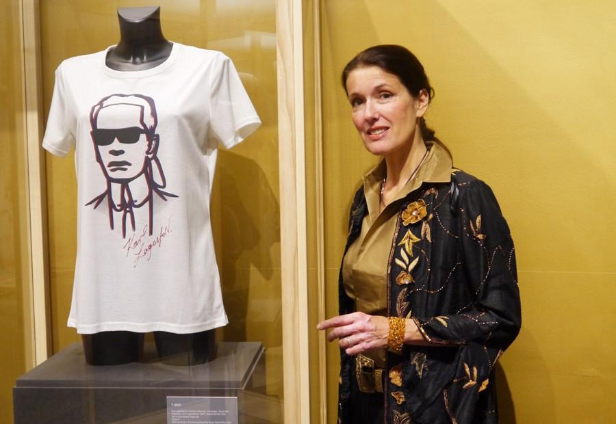 Katrin Witt mit Lagerfeld-Shirt