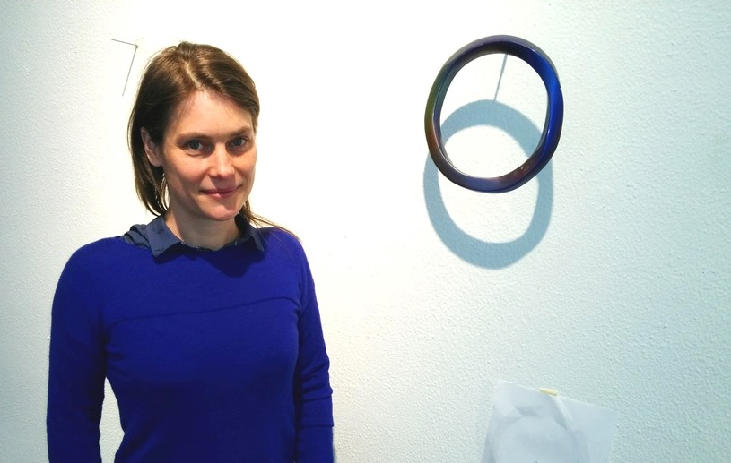 Die Künstlerin Vera Lossau vor einem Detail ihrer Installation im MAKK.