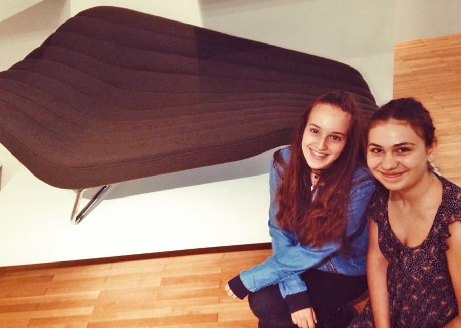 """Giulia und Xenia finden die Chaiselongue """"Soloform 5008"""" von Hans Hartl cool."""