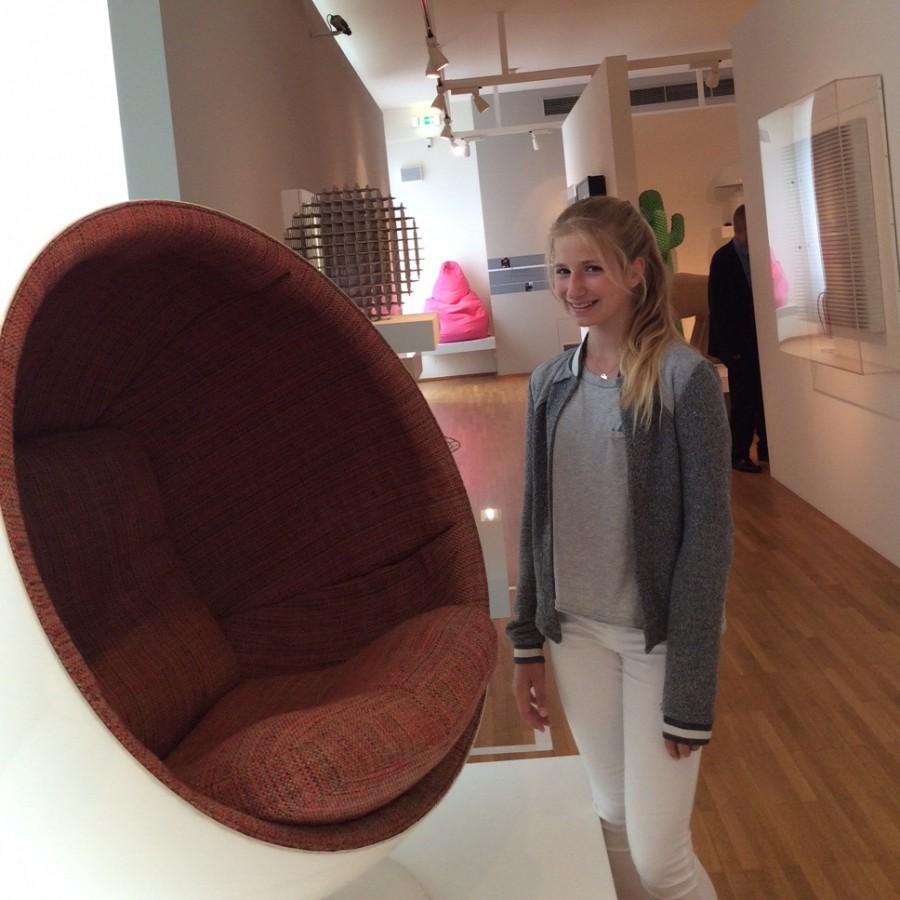 Henriette mit dem Sessel Ball-Chair von EERO AARNIO