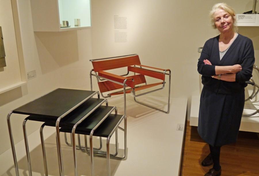 Baya Bruchmann präsentiert Stahlrohrmöbel von Marcel Breuer (Bild: Kirsten Reinhardt).