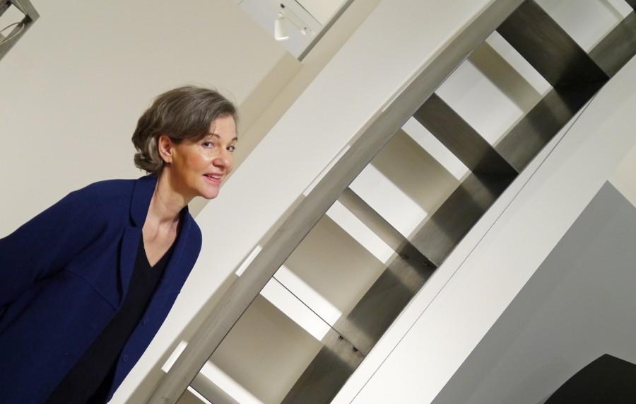 Carola Horster-mit-verspannten-Regal-Wolfgang Laubersheimer